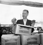 Man selling artichokes at vegetable market in Stockholm 1951