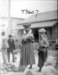 Paramaribo market scene. Women and men. 1922.